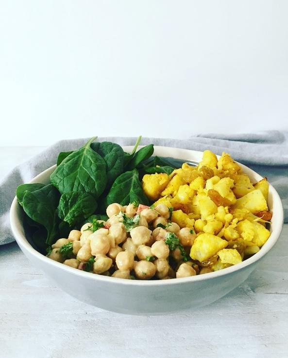 salade van bloemkool kikkererwten en spinazie