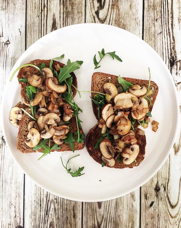 toast met gebakken champignons