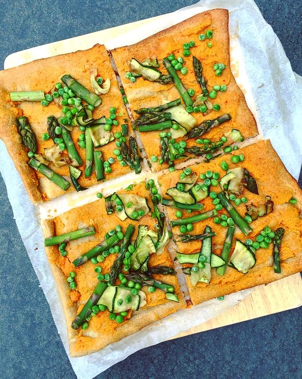 pizza met hummus en groene groenten